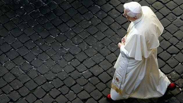 Ratzinger celebró la Vigilia Pascual en la capilla de su residencia