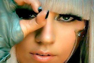 Lady Gaga posa con un mini sujetador de encaje negro