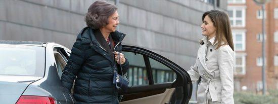 Letizia pide disculpas y abre la puerta del coche a su suegra