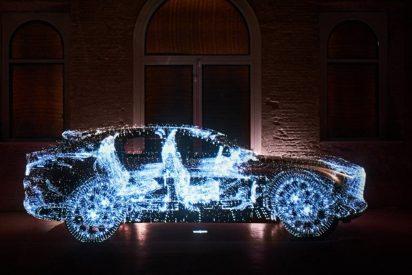Lexus cambia sus coches por huevos pintados, jardineras de ropa usada y lámparas de corcho