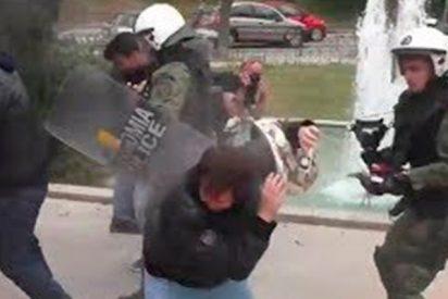 """Manifestantes intentan derribar la estatua """"capitalista"""" de Truman en Grecia"""
