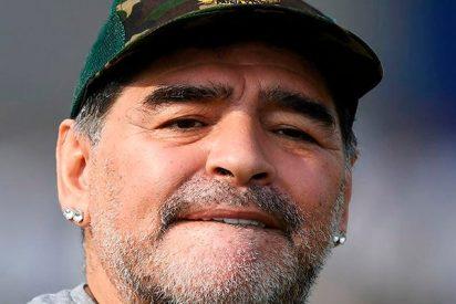 Maradona cumple el sueño de un niño que nació sin piernas jugando al fútbol con él