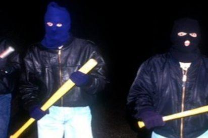 Una adolescente inglesa intenta burlar a un grupo de cobardes matones armados con bates