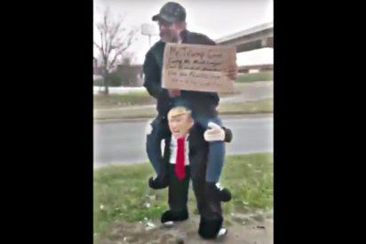 El mendigo que se pasa por la entrepierna a Donald Trump
