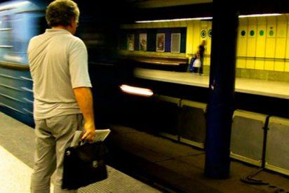 Este hombre cae a las vías del metro en México desde una altura de cuatro metros