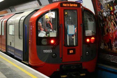 Dos jovenes, en estado de embriaguez, a centimetros de la muerte al caer del anden a las vías del Metro