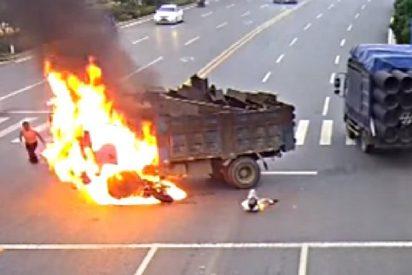 El terrorífico momento en que el motorista se estrella contra el camión y arde vivo