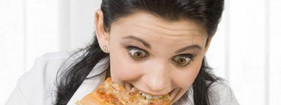 Una mujer finge pedir una pizza por teléfono para solicitar un rescate policial ante un caso de violencia machista