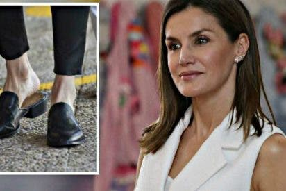 La Reina Letizia se baja de sus tacones y apuesta por unos 'mules' planos