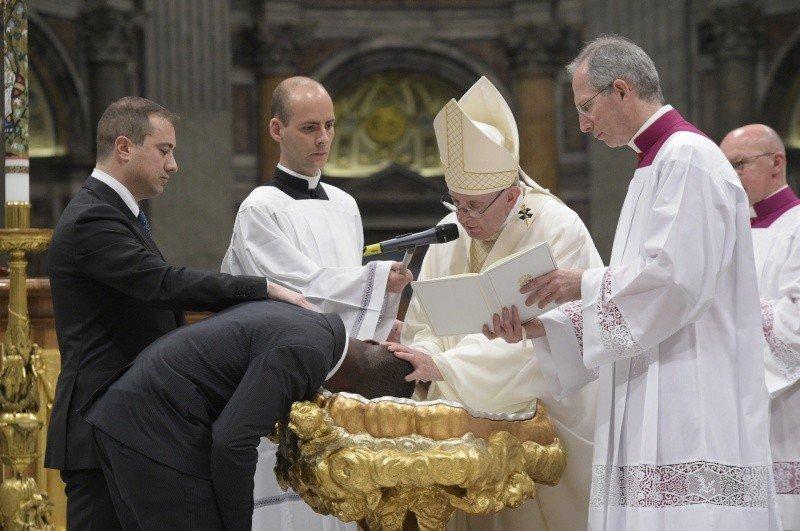 """El Papa bautizó al """"héroe de Italia"""" durante la Vigilia Pascual"""