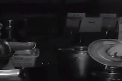 Pillan al dueño guarro de un restaurante orinando en la sopa de su competencia