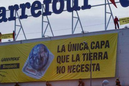 Greenpeace cuelga dos enormes pancartas en Carrefour para denunciar el uso excesivo de plástico