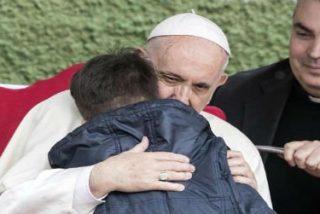 """""""Mi papá ha muerto, ¿está en el cielo?"""", le pregunta un niño llorando al Papa"""