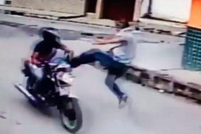 El chaval nota que la pistola es de juguete y derriba con una patada voladora al atracador de la moto