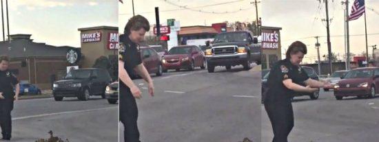 La agente Diane Lewis para el tráfico para ayudar a cruzar la calle a la familia de patos