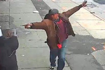 Este tipo apunta con su 'arma' a transeúntes en las calles de Nueva York