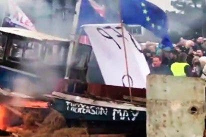 Así queman los ingleses un barco con banderas de la Unión Europea