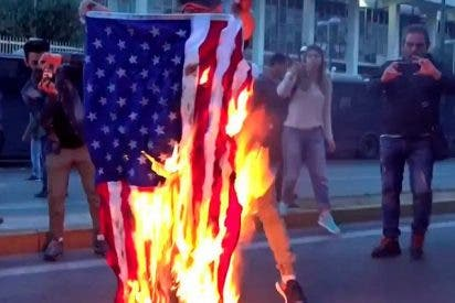 Queman en Atenas la bandera de EE.UU. en protesta por los ataques a Siria