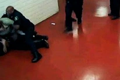 Este preso se enfrenta solo a una decena de oficiales y casi les gana