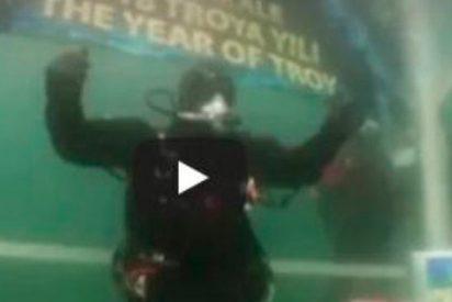 Baten récord mundial de tiempo sumergido en aguas frías