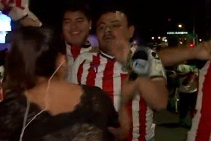 Acosan a esta reportera y usa su micrófono como un arma para defenderse