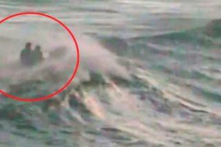 Así arriesga su vida un policía español para salvar a una inmigrante de morir ahogada