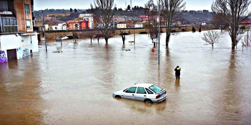 Te explicamos cómo salir del coche en una riada