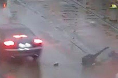 Este coche atropella a dos jóvenes y se da a la fuga