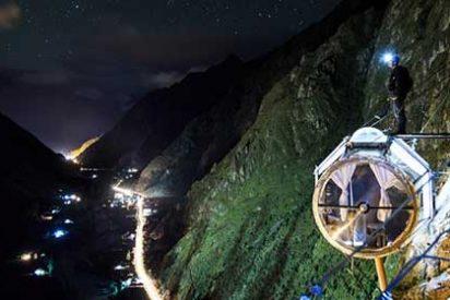 Hoteles insólitos: ¿Dormirías en una cápsula de cristal que cuelga sobre un precipicio?