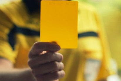 Un árbitro 'recibe' una tarjeta amarilla en un partido de la liga holandesa