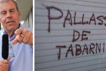 Los fascistas secesionistas no consiguen amedrentar a Tomás Guasch: el periodista reacciona con humor el ataque a su casa