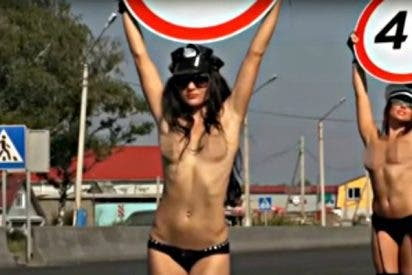 Jóvenes en topless con señales de tráfico para reducir los accidentes
