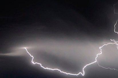 Este misterioso objeto negro no identificado cae del cielo durante una tormenta eléctrica