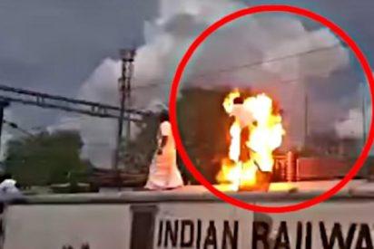 El desventurado estalla en llamas al electrocutarse sobre el tren