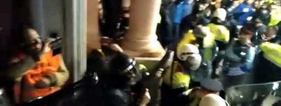 El vídeo del acojonante tiroteo de los mossos que ha sido censurado por las TV 'independientes'