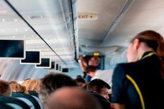 Tres amigas borrachas de vodka en un avión se arrancan el pelo en una brutal pelea