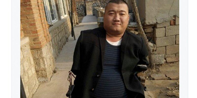 Este hombre chino sin brazos ni piernas se gana la vida con su destreza en los videojuegos