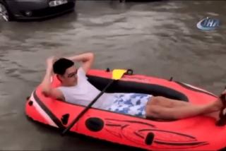 Este turco hace 'rafting' en una carretera inundada de Ankara