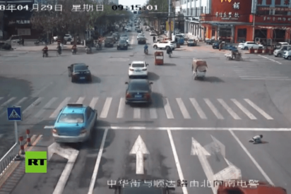 Este niño se cae de un vehículo en plena autovía