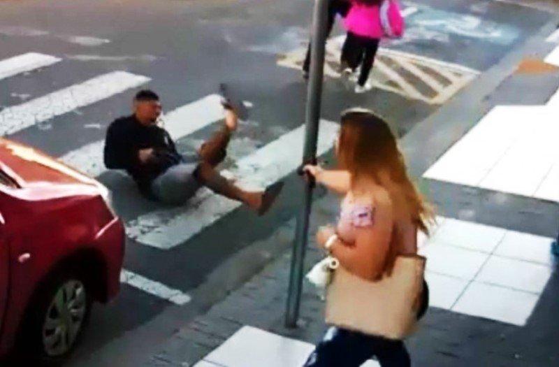 La valiente policía que mata de tres tiros al ladrón para salvar a unas madres con sus hijos