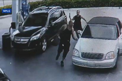 Un ama de casa con un par: se va a por el ladrón, se encarama en su coche y comienza a darle estopa para recuperar el bolso
