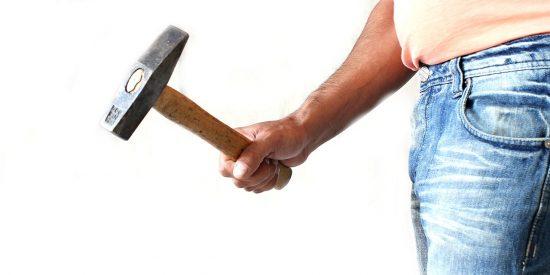 Un ecuatoriano golpea con un martillo la cabeza de su pareja en Valencia