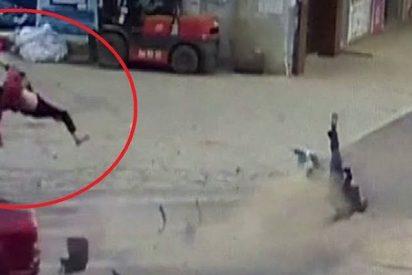 Este coche embiste a un ciclomotor y arroja a 10 metros a una mujer