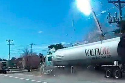 Así se estrella este camión cisterna con 45.000 litros de gasolina contra un poste eléctrico
