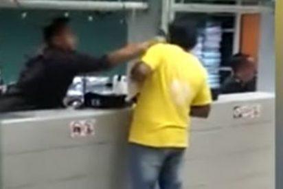 Oficial de inmigración golpea así a un extranjero
