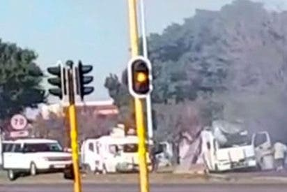 Así atracan con explosivos y fusiles de asalto dos furgonetas llenas de dinero en Sudáfrica