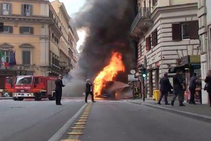 Este autobús se incendia y explota en el centro de Roma