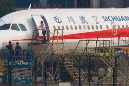 Copiloto que casi es succionado por la ventanilla del avión sobrevive milagrosamente