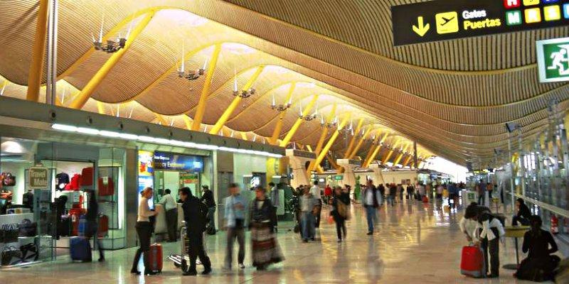 El lujoso aeropuerto de Barajas se ha convertido en un 'hotel' de vagabundos