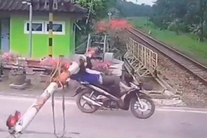Choca contra una barrera pocos segundos antes de que pase un tren